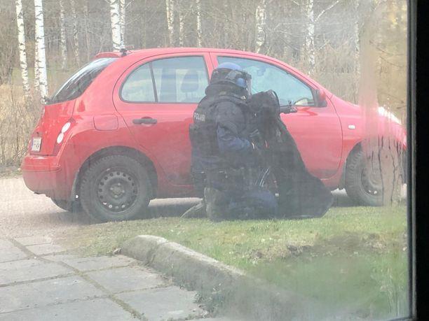 """Poliisin saaman mukaan Porvoon Gammelbackassa oli """"räplätty asetta""""."""