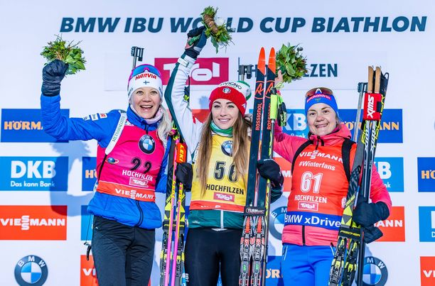 Kaisa Mäkäräinen (vas.), Dorothea Wierer ja Jekaterina Jurlova-Percht muodostivat kärkitrion torstain maailmancupin pikakisassa Hochfilzenissä.