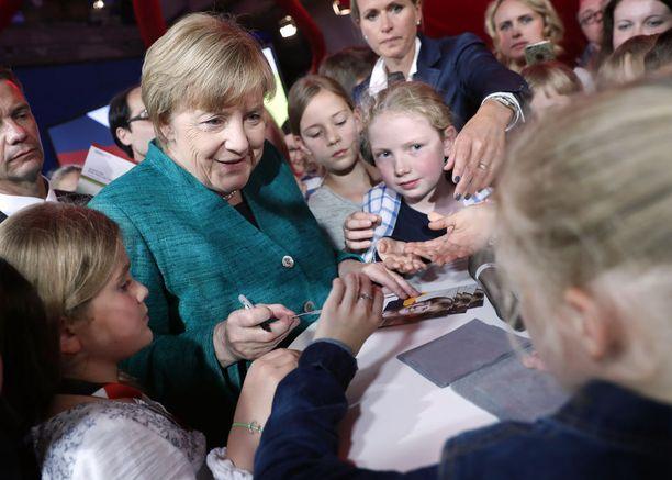 Merkel jakoi nimmareita lapsille.
