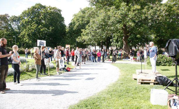 Salossa järjestettiin mielenosoitus vastaanottokeskuksen puolesta. Salon torilla oltiin samaan aikaan vastaanottokeskusta vastaan.