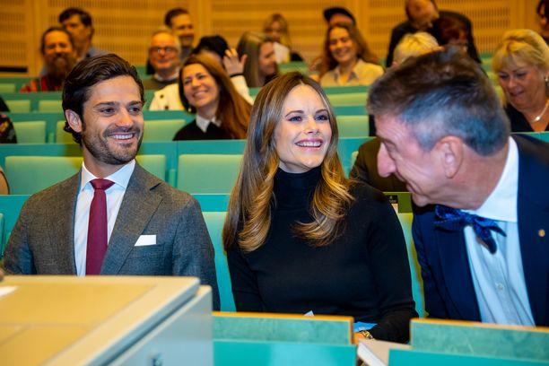Ruotsin prinssi Carl Philip ja prinsessa Sofia viihtyivät hyvin luentosalissa.