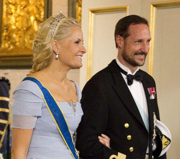 Mette-Marit ja Haakon ajavat Tukholmasta Osloon autolla.