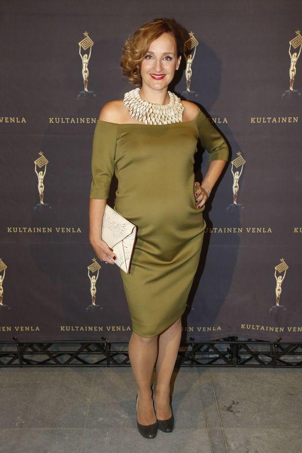 Näyttelijä Sanna Stellan kuvattuna Kultainen Venla -gaalassa vuonna 2016. Hän odotti tuolloin kolmatta lastaan.