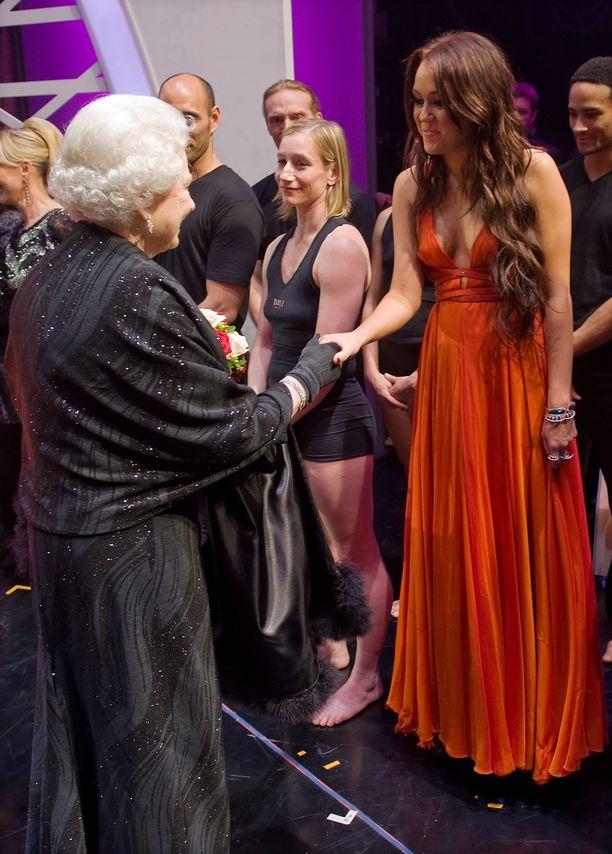 Kuningatar Elizabeth II ja yllättävän hillitty laulaja Miley Cyrus vuonna 2009.