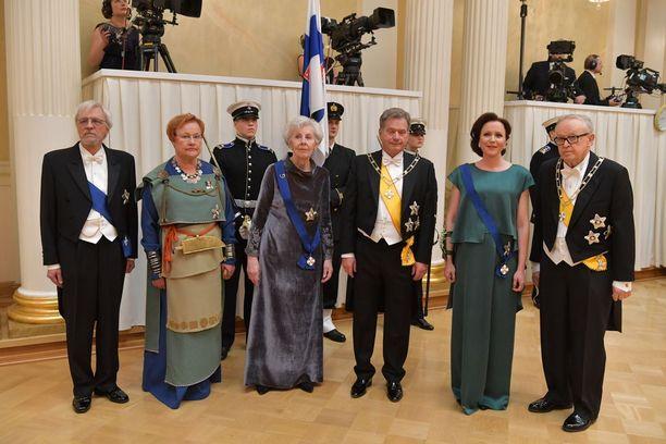 Professori Pentti Arajärvi, presidentti Tarja Halonen, rouva Tellervo Koivisto, presidentti Sauli Niinistö, rouva Jenni Haukio ja presidentti Martti Ahtisaari juhlivat Suomen itsenäisyyttä.