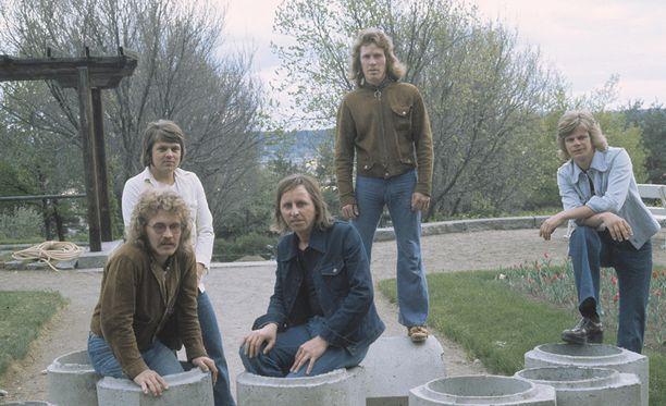 Asko Raivio, kuvassa keskellä, oli ujo mies, joka antoi laulujensa puhua. Hän halusi tehdä vain musiikkia. Yhtyeessä soittivat myös Mikko Jokela, Nils Jokela, Tapio Rauma ja Jouko Järvinen.