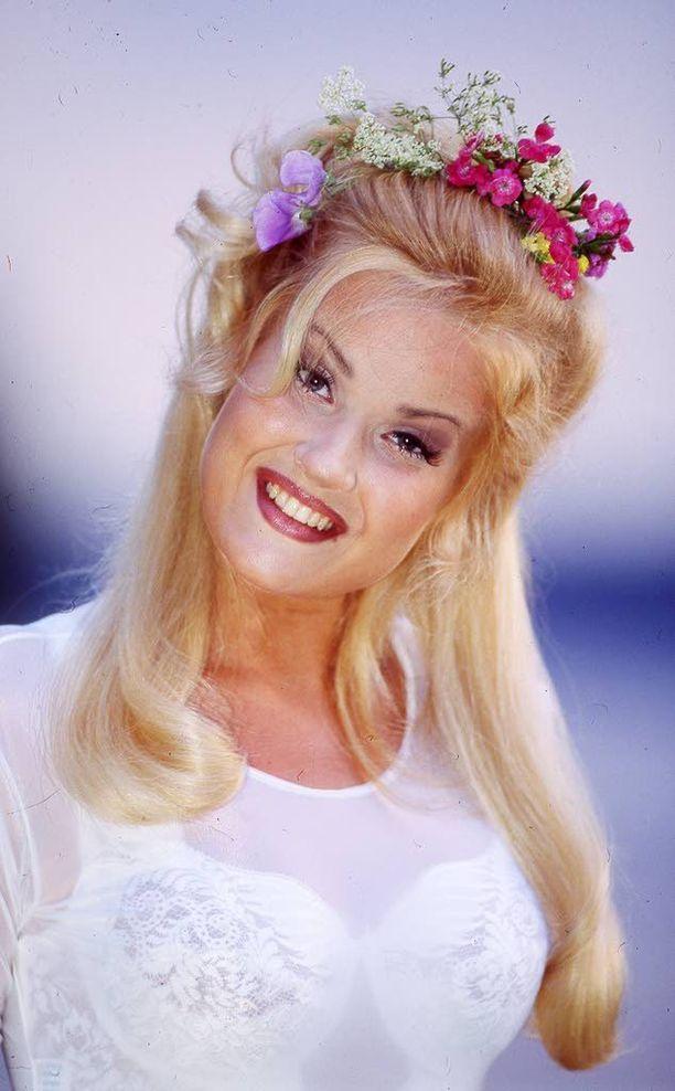Carmen Mäkinen poseerasi vielä vuonna 1995 Iltalehden kuvauksissa. Nyt Carmen on vetäytynyt kokonaan julkisuudesta.