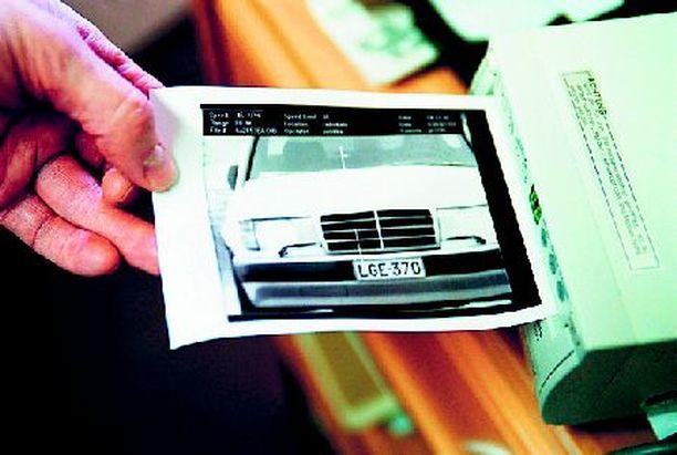 Poliisin maksukehotus lähtee väärään osoitteeseen. (Kuvien autot eivät liity rikoksiin).