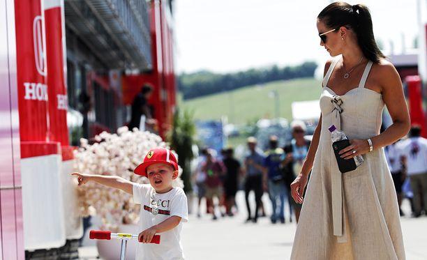 Robin ja Minttu Räikkönen ovat tuttu näky F1-varikolla.
