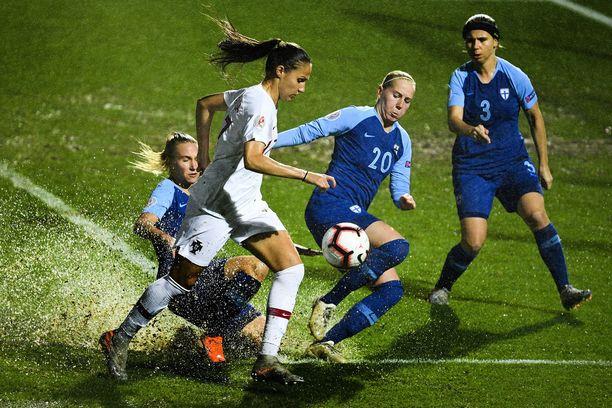 Vanessa Marques (valkoinen paita) ja Eveliina Summanen (numero 20) taistelevat pallosta varsin vetisissä olosuhteissa.
