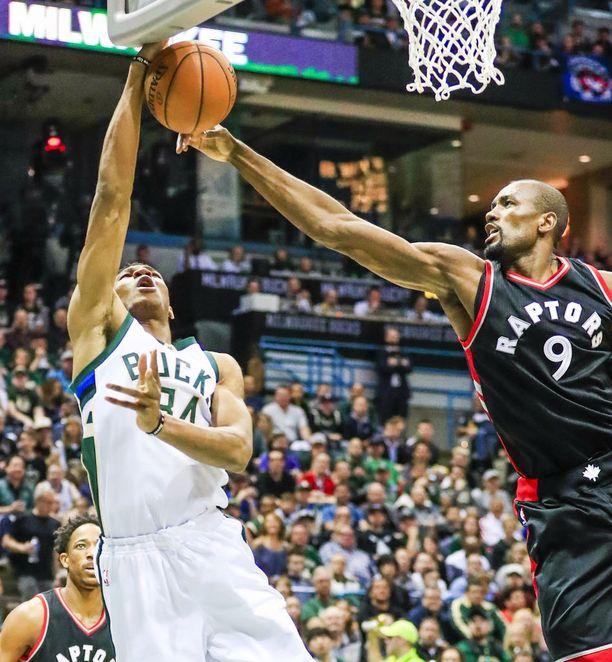Toronto Raptorsin atleettinen Serge Ibaka (oik.) on Markkaselle paha pala purtavaksi.