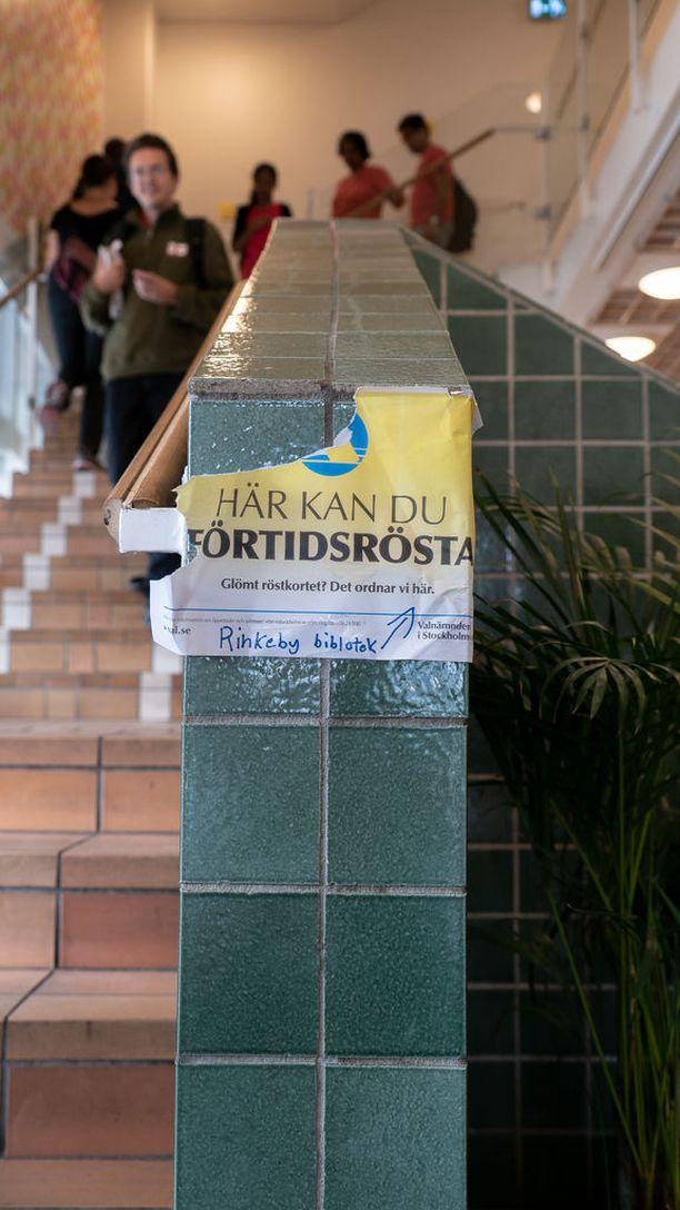 Tukholman Rinkebyn ennakkoäänestyspaikalla oli vilkasta lauantaina.