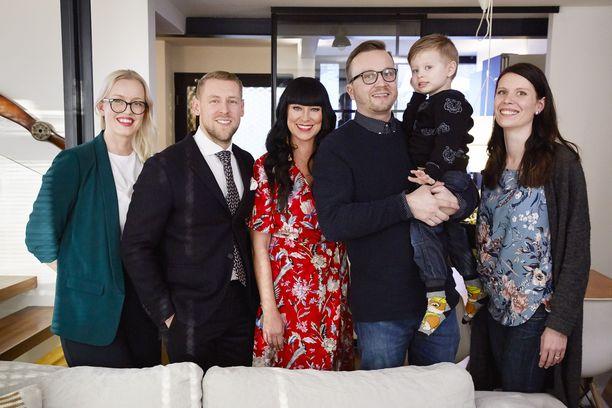 Essi Nádor, Andrei Koivumäki ja Ellen Jokikunnas auttoivat Anttia, Aaronia ja Saria hankkimaan unelmiensa kodin.