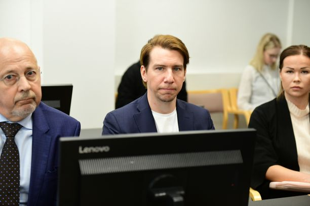 Aku Hirviniemi Hämeenlinnan käräjäoikeuden istuntosalissa odottamassa oikeudenkäynnin alkamista 17. toukokuuta.