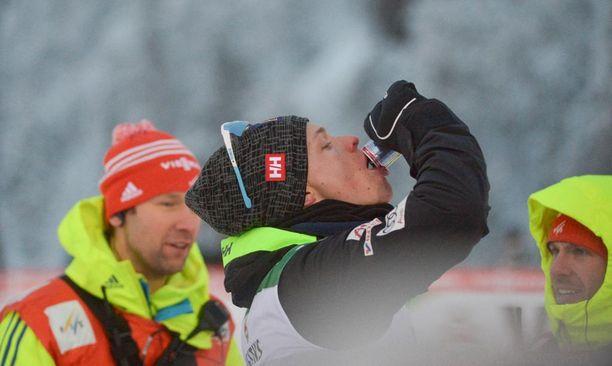 Taustalla oleva FIS:n mediaupseeri ojensi Iivo Niskasta kahdesti sunnuntain kilpailun aikana.