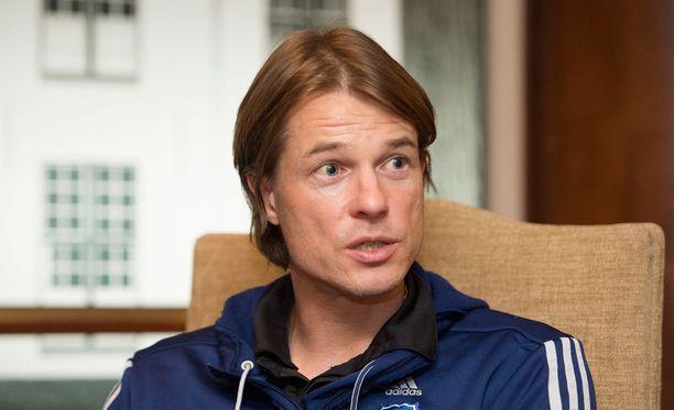 HJK:n päävalmentaja Mika Lehkosuo lähtee torstaina maajoukkueen matkaan kuten myös kahdeksan HJK:n pelaajaa.