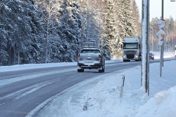 Ole hyvä ja päättele nopeusrajoitus. Kuvituskuva, joka on Hyvinkään ja Mäntsälän väliseltä tieltä.