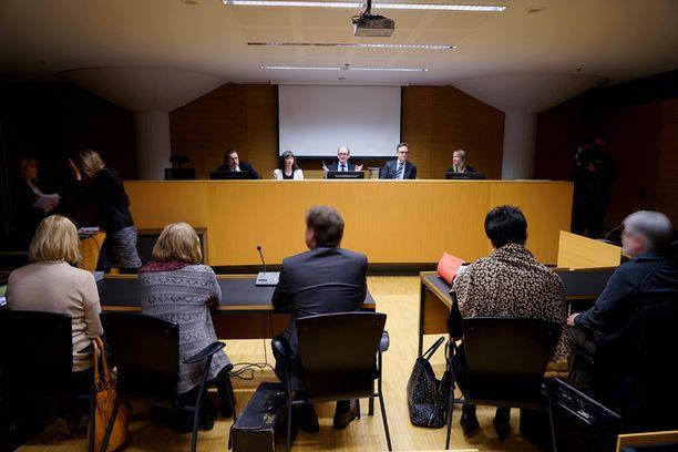 Oikeudenkäynti virkarikoksista syytettyjä henkilöitä vastaan alkoi käräjillä viime viikolla.