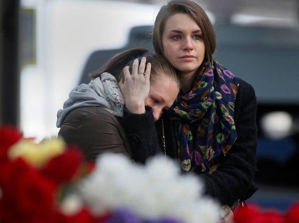 Kaksi nuorta naista itki eilen Pietarin Pulkovon lentokentän edustalla.