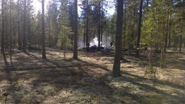 Arkistokuva 20.4.2014. Lentokone syöksyi maahan kankaiseen metsään Jämijärven lentokentän läheisyydessä.