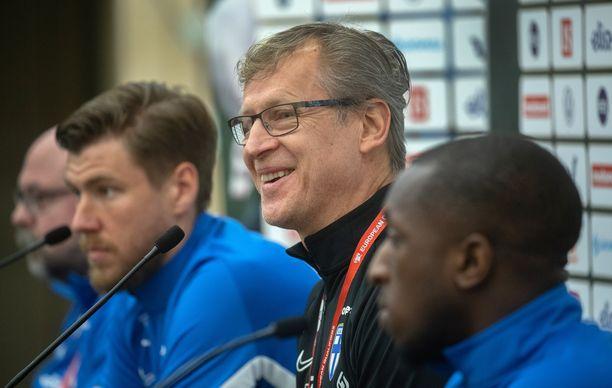 Markku Kanerva iloisena lehdistötilaisuudessa. Etualalla Glen Kamara  ja taaempana Jesse Joronen.