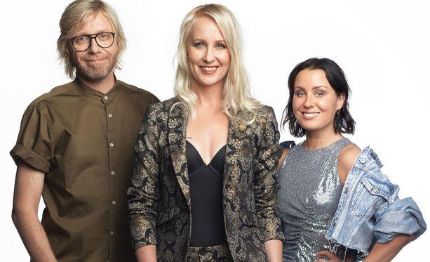 Big Brother Suomea juontavat Kimmo Vehviläinen, Elina Kottonen ja Alma Hätönen.