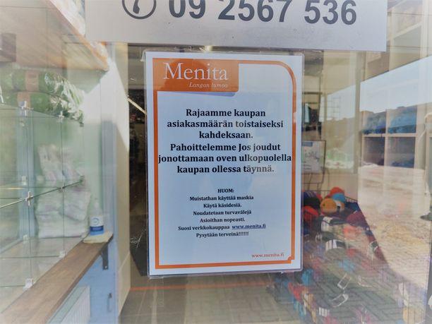 Menita Espoon lankakauppa ohjeistaa asiakkaitaan käyttämään maskeja ja käsidesiä, pitämään turvavälit, asioimaan nopeasti liikkeessä ja suosimaan verkkokauppaa. Liikkeeseen päästetään kahdeksan ihmistä kerrallaan.