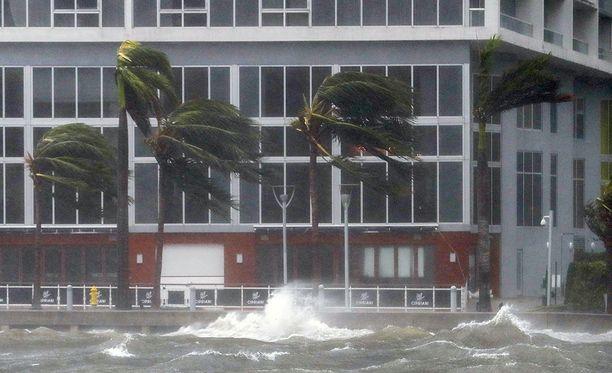Miami on Irma-hurrikaanin kourissa. Koko Floridassa ihmisiä on nyt kehotettu pysymään sisätiloissa ja suojassa.
