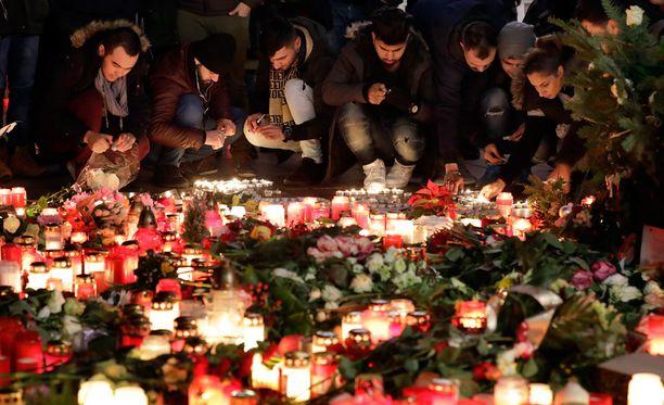 Rekkaiskun uhreja on muistettu Berliinissä kukin ja kynttilöin.