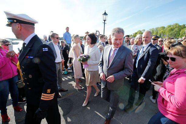 Presidentti Sauli Niinistö ja Jenni Haukio saapuivat Naantalin Kultarantaan kesän viettoon lauantaina.