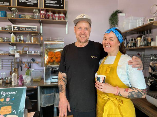 Linda Mustakari ja Juhani Kähönen avasivat yhdessä kahvilan.