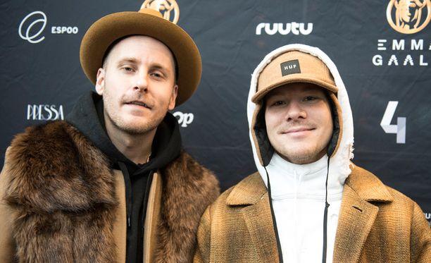 JVG:n Jare ja VilleGalle ottivat käsittelyynsä Eppu Normaalin Urheiluhullu-kappaleen.