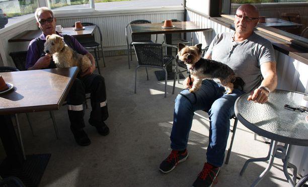 Jorma Koivumäki (vas.) ja Reijo Paasonen toivottavat Putinin tervetulleeksi Punkaharjulle. Samaa mieltä ovat myös Sissi- ja Sanni-koirat.