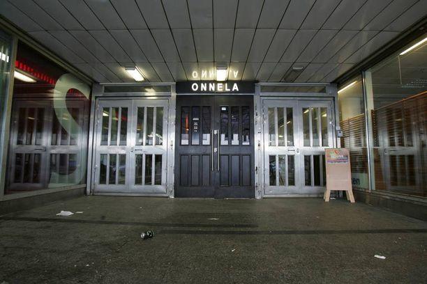 Tapaus sattui ravintola Onnelassa Helsingin ydinkeskustassa. Kaksi ravintolassa työskennellyttä portsaria on nyt tuomittu maksamaan korvauksia terveytensä menettäneelle uhrilleen.
