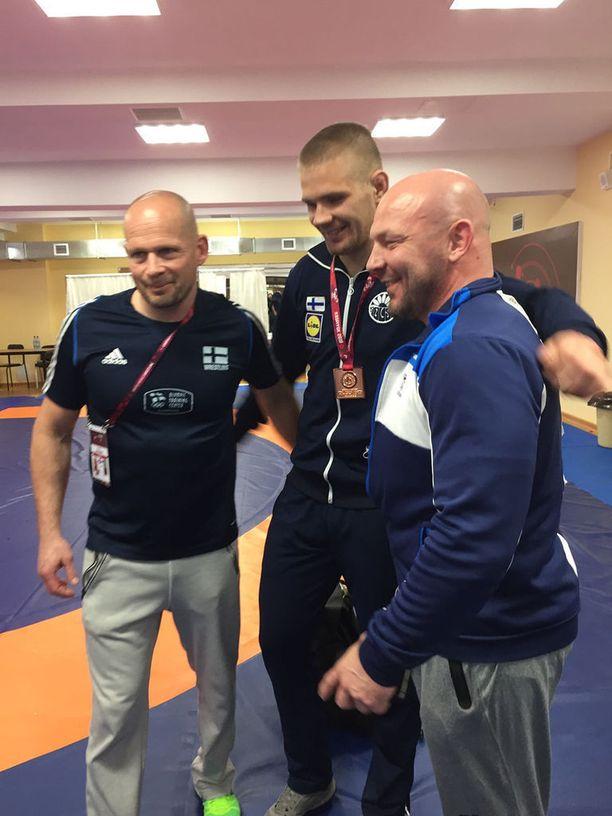 Suomen päävalmentaja Marko Yli-Hannuksela (oik.), Elias Kuosmanen ja valmennuspäällikkö Juha Lappalainen juhlatunnelmisssa.