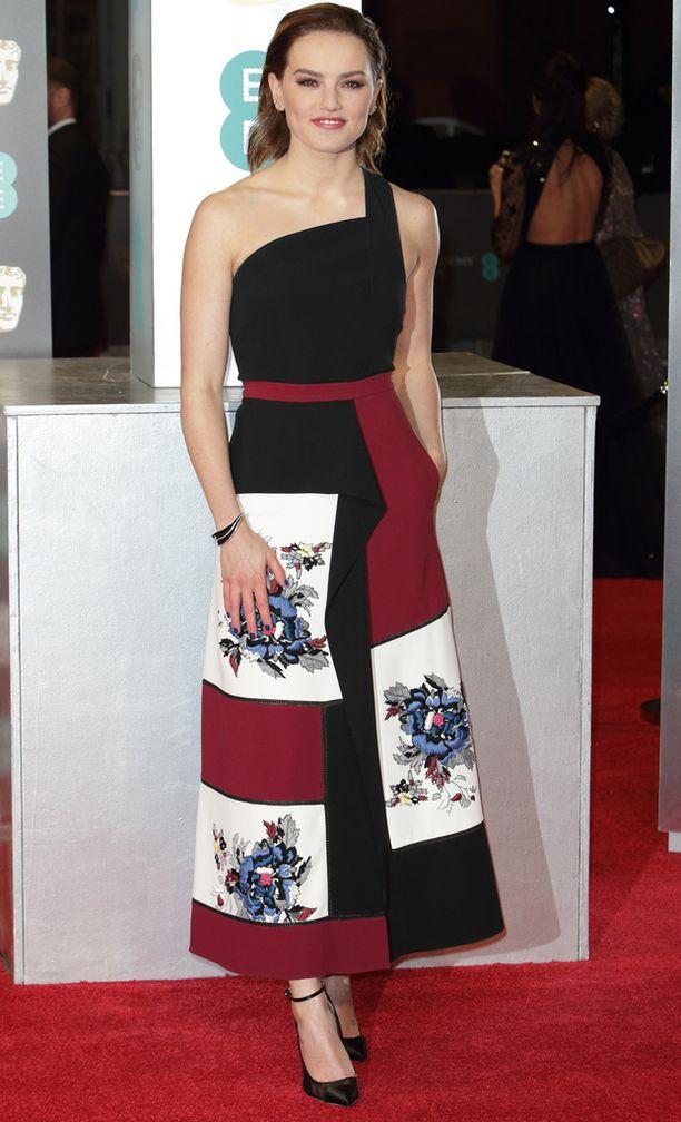 Daisy Ridley juhli nilkkapituisessa juhla-asussa.