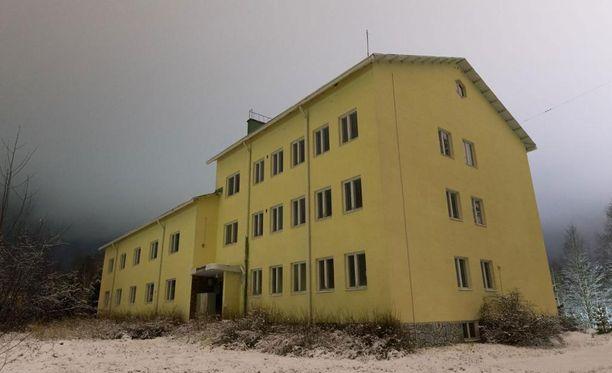 Suomussalmen rajavartioaseman kanssa samassa pihapiirissä sijaitsee venäläisten liikemiesten ostama kiinteistö.