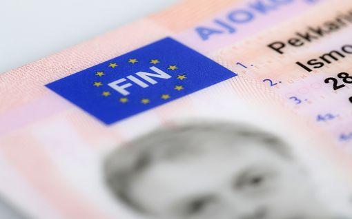 Ajokortin käyttöön henkilöllisyystodistuksena tulossa heikennys – näissä tilanteissa kortti ei käy enää tammikuussa