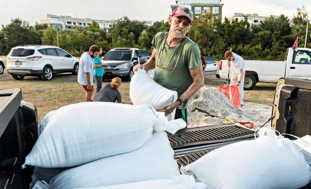 Dale Watson valmistautuu myrskyn tuloon Mt. Pleasantissa Etelä-Carolinassa.