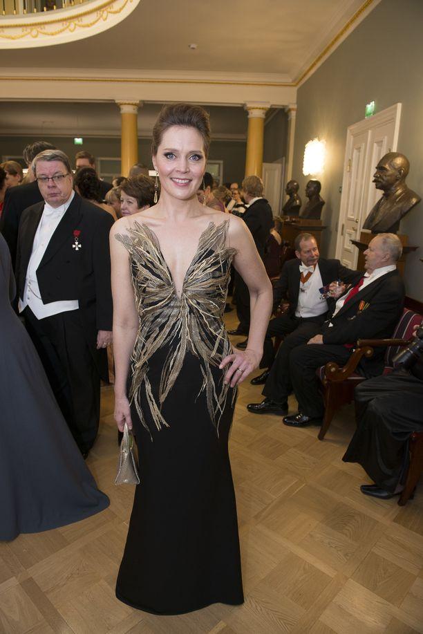 Muotisuunnittelija Mert Otsamon upeita pukuja nähdään Linnassa joka vuosi. Näyttelijä Tiina Lymin suorastaan runollisen upea iltapuku vuodelta 2015 lukeutuu Otsamon ikimuistoisimpiin luomuksiin.