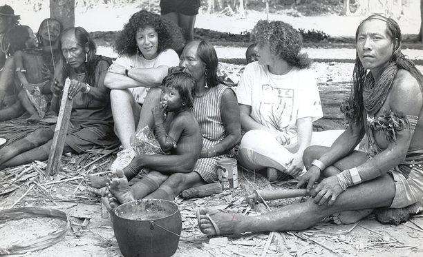 Roddick vierailemassa Brasiliassa paikallisen intiaaniheimon luona.