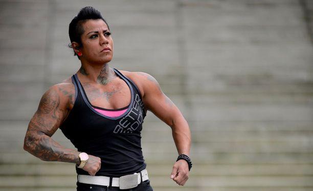 Vanessa Torres on kirjauttanut jalkakyykystä 160,5 kiloa, penkkipunnerruksesta 100 kiloa ja maastavedosta 167,5 kiloa. Hän kilpailee WPC-liitossa, joka on varuste- ja testaussäännöiltään laveampi kuin esimerkiksi Suomen Voimanostoliitto.