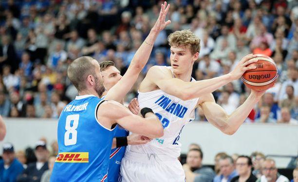 Lauri Markkanen sytytti yleisöä ja pussitti huimat 28 pistettä Islantia vastaan.