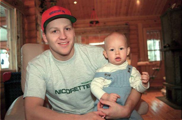 Jani ja Aleksanteri Sievinen 1998. Isä ja poika ovat lähes aina asuneet saman katon alla.