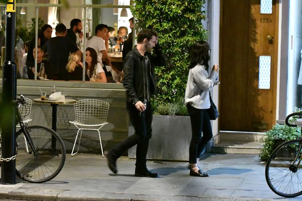 Pariskunta poistui Notting Hillissä sijaitsevasta ravintolasta yhtä matkaa.