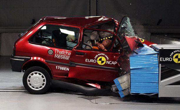 Vuoden 1997 Rover 100 -mallin turvatyyny ei paljon auttanut.