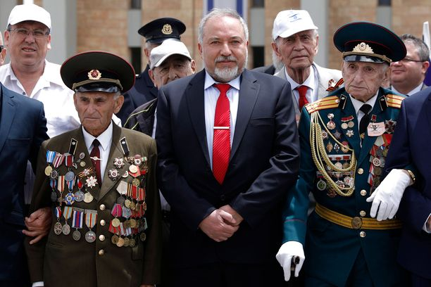 Puolustusministeri Lieberman (keskellä) kehotti häätämään iranilaiset.