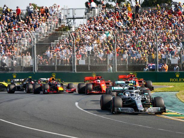 Valtteri Bottas nousi Australian GP:n kärkeen heti ensimmäisessä mutkassa.