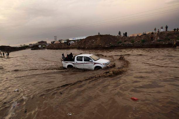 Jemenin pääkaupungissa Sanaassa tulvii.