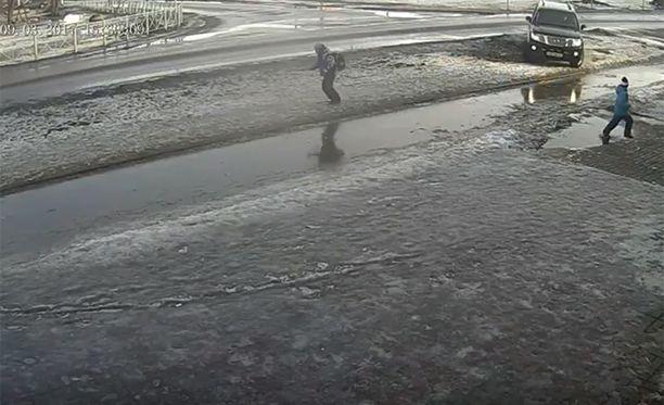 Videotallenteesta näkyy selvästi, kuinka musta auto lähtee jahtaamaan poikia.